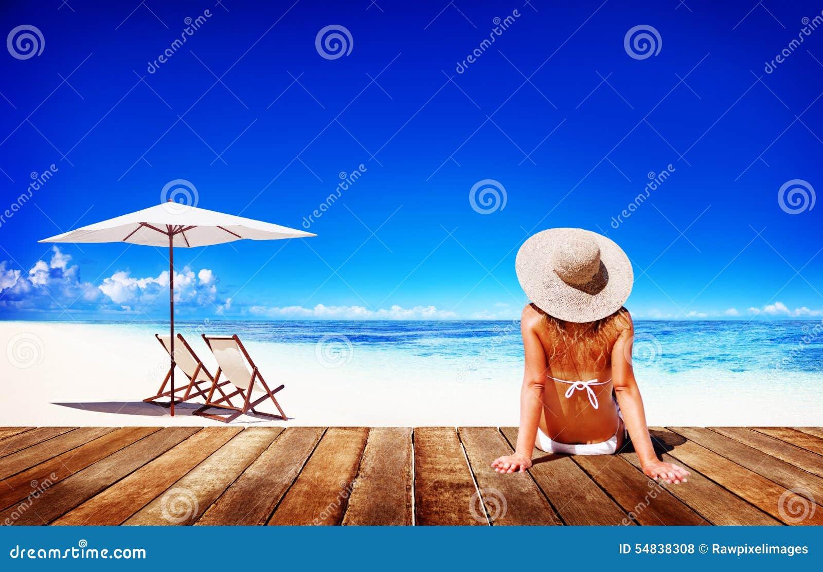 La mujer toma el sol a Sunny Summer Beach Relaxing Concept