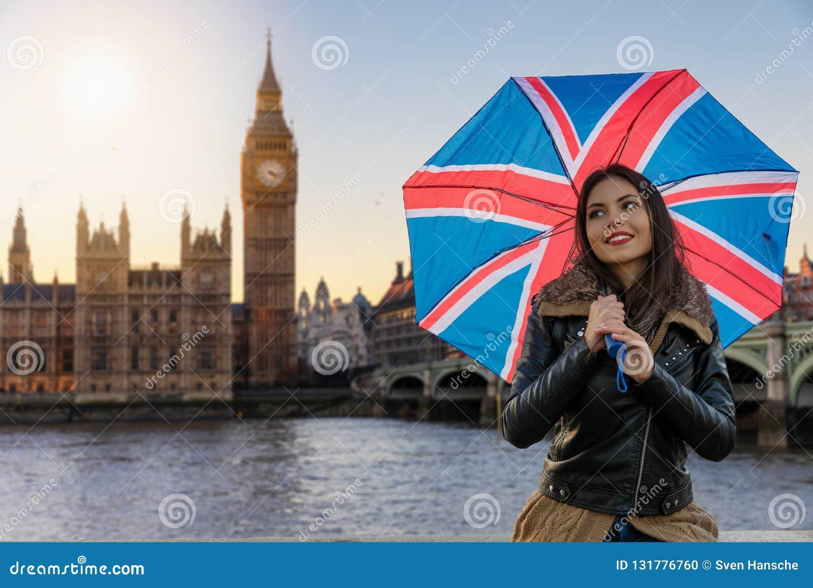 La mujer turística urbana bonita explora Londres durante viaje