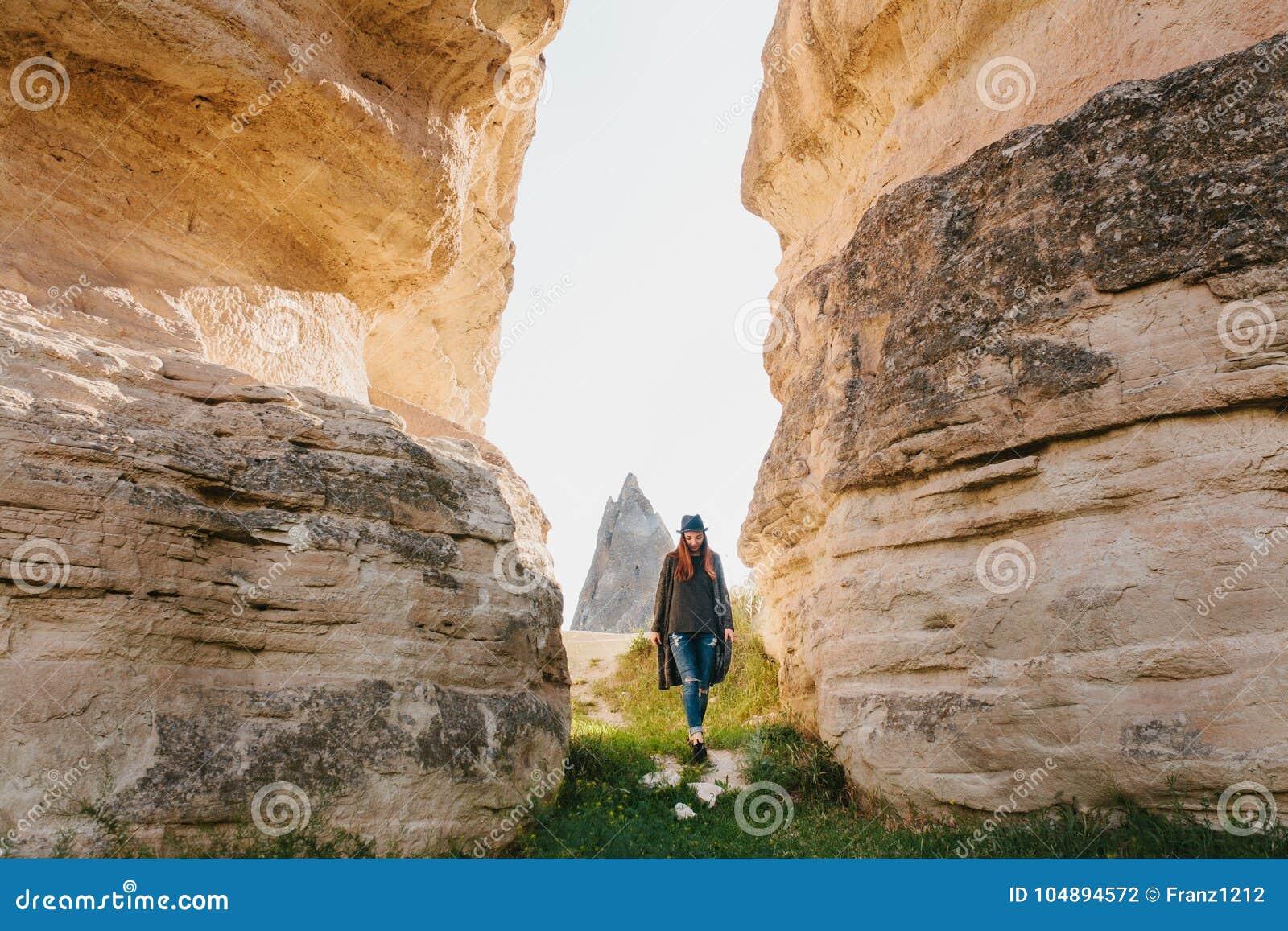 46ad05ec2 La Mujer Va Entre Las Rocas Hermosas Y Admira El Paisaje En ...