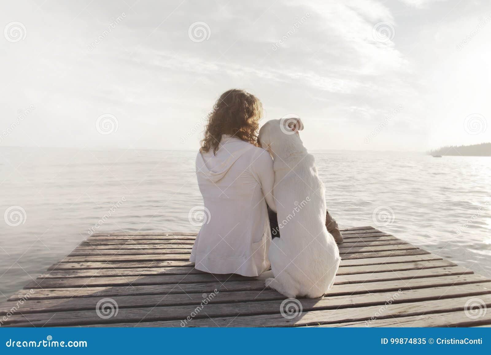 La mujer y su perro admiran juntos la visión