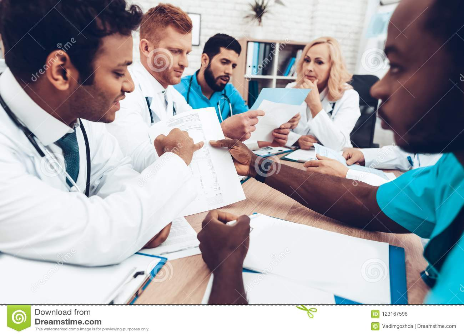 La multinacional doctor a Group Diagnostic Meeting