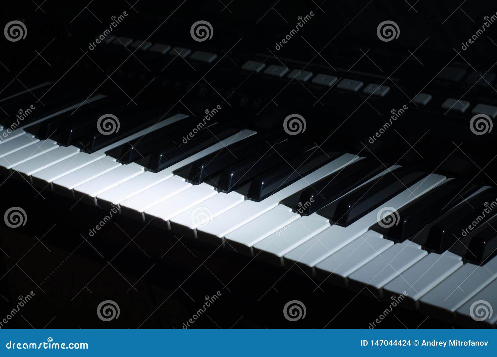 La musica del sintetizzatore nello scuro
