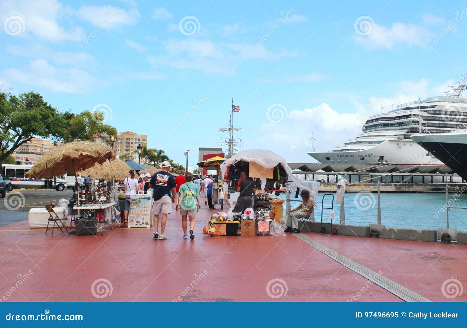 La nave da crociera ed i passeggeri di conquista di carnevale - 9 marzo 2017 - i passeggeri delle navi da crociera che ritornano
