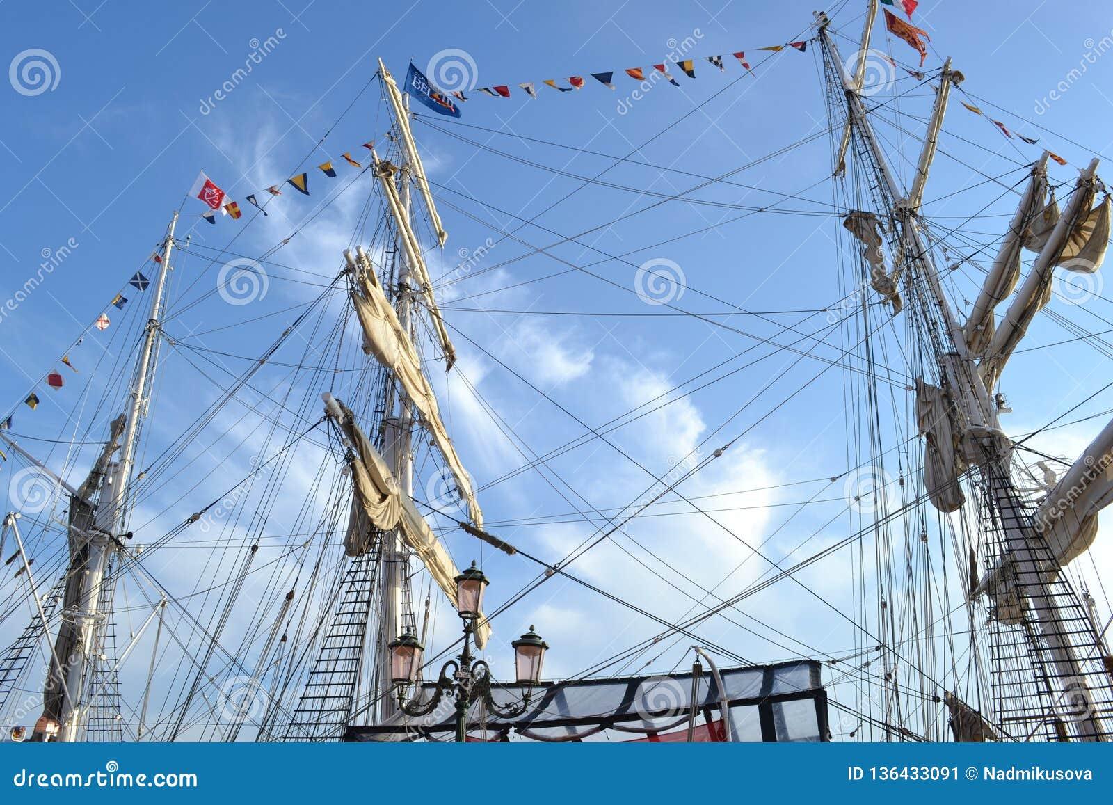 La nave histórica aparejada llena Belem de Greenpeace se ancla como museo del aire abierto para visitar en el lagune de Venecia
