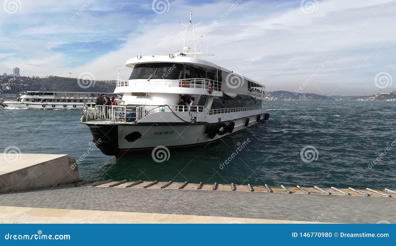 La nave llega en los muelles
