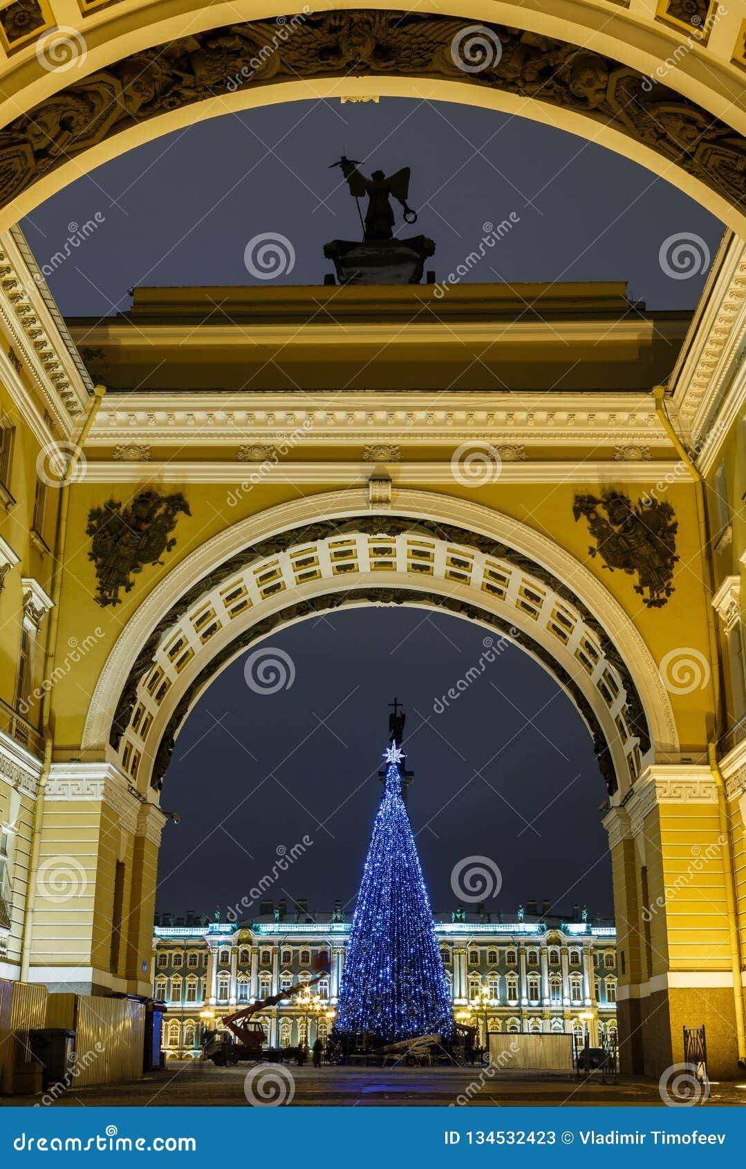 La Navidad St Petersburg Vista del cuadrado del palacio a través del arco de la iluminación brillante de la noche del estado mayo