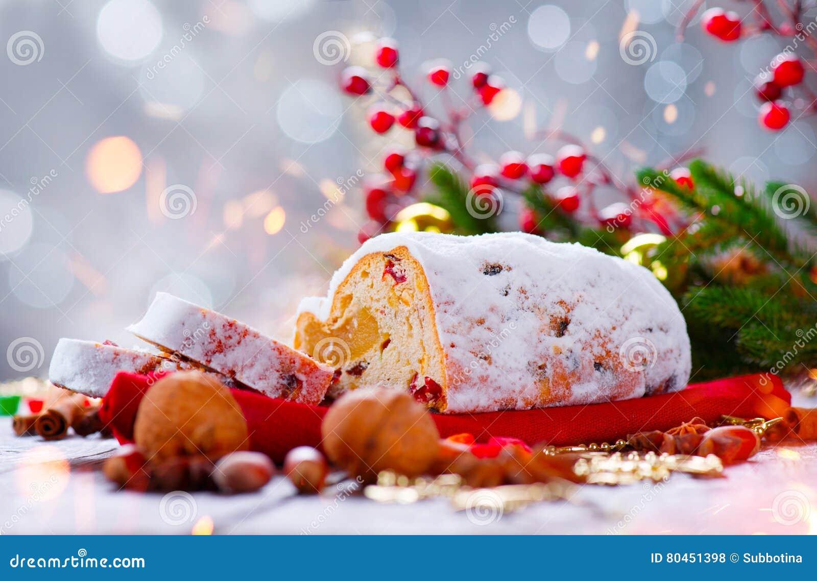 La Navidad stollen Pan dulce tradicional de la fruta