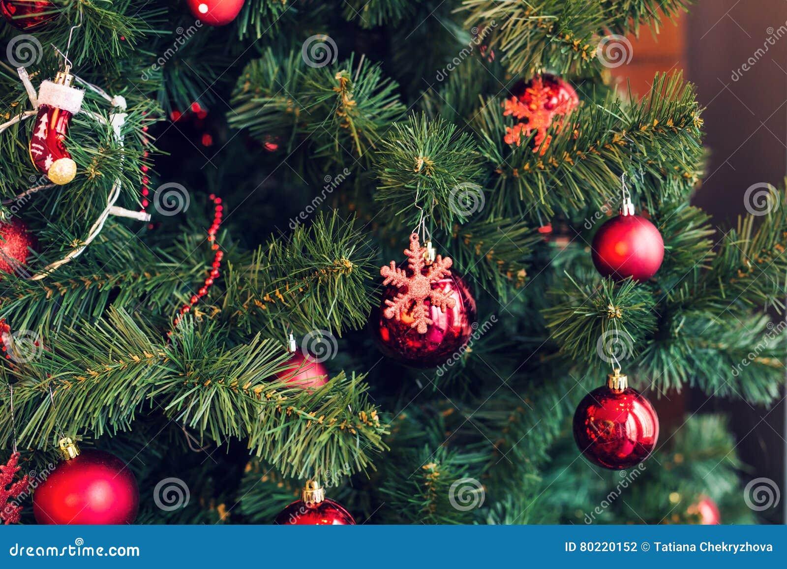 La Navidad tradicional o el Año Nuevo adornó el árbol con un juguete del copo de nieve