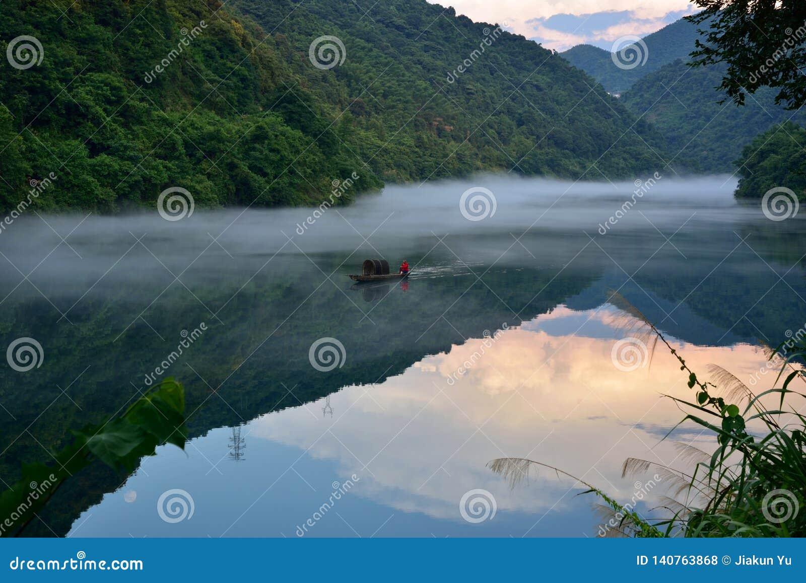 La nebbia sul fiume si trasforma in in un bello paesaggio nel fiume di Xiaodong, hunan, Cina