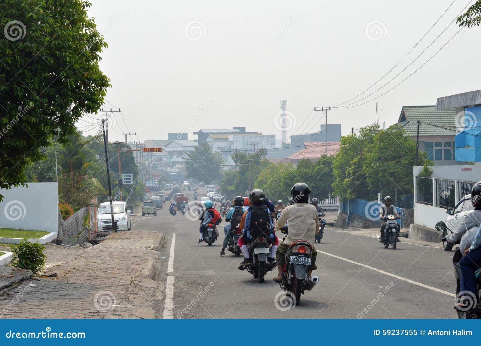 La neblina del humo del incendio forestal rodeó la ciudad Indonesia onTarakan