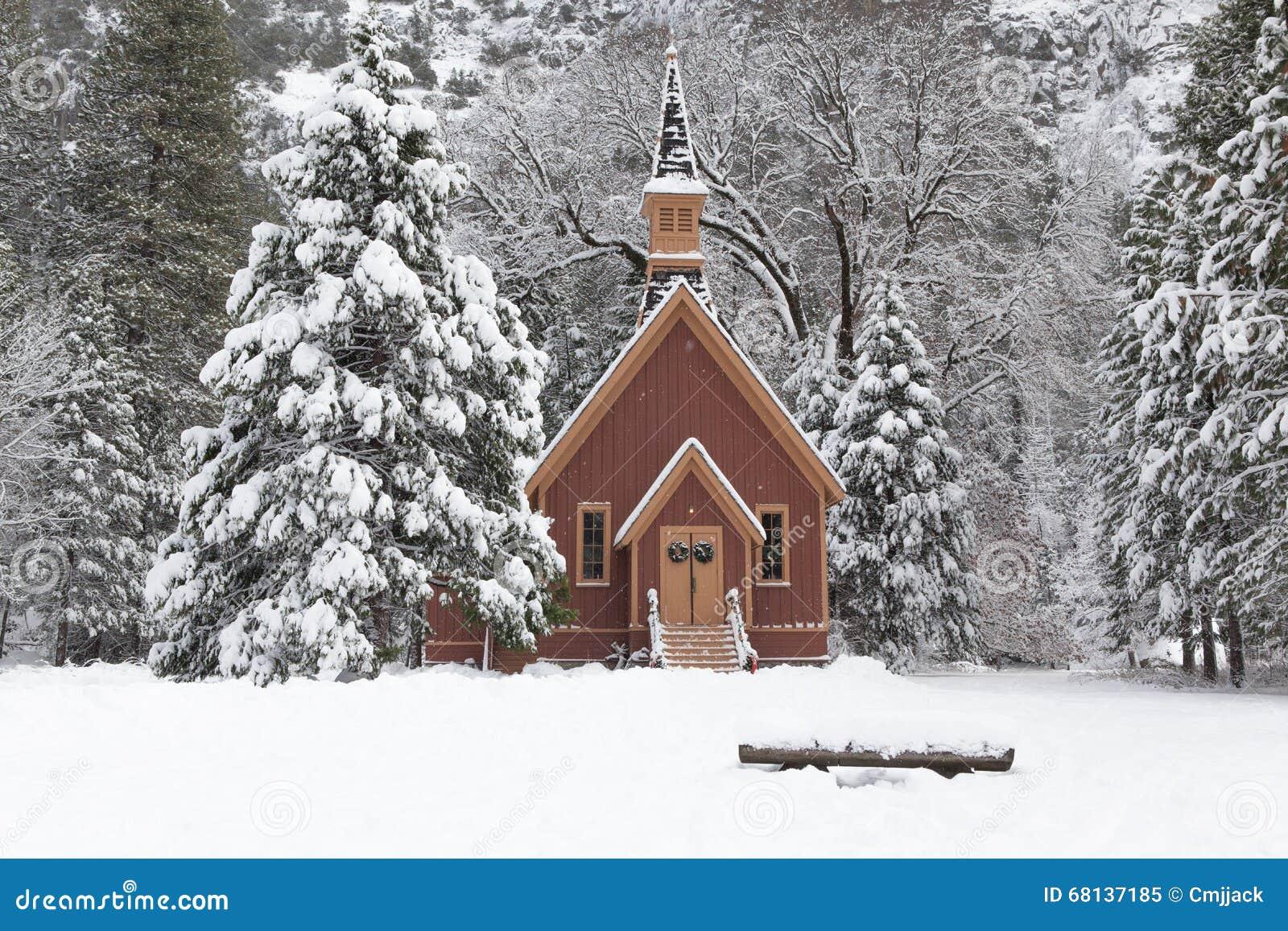 La neige a couvert Forest With Wooden Chapel dans Yosemite