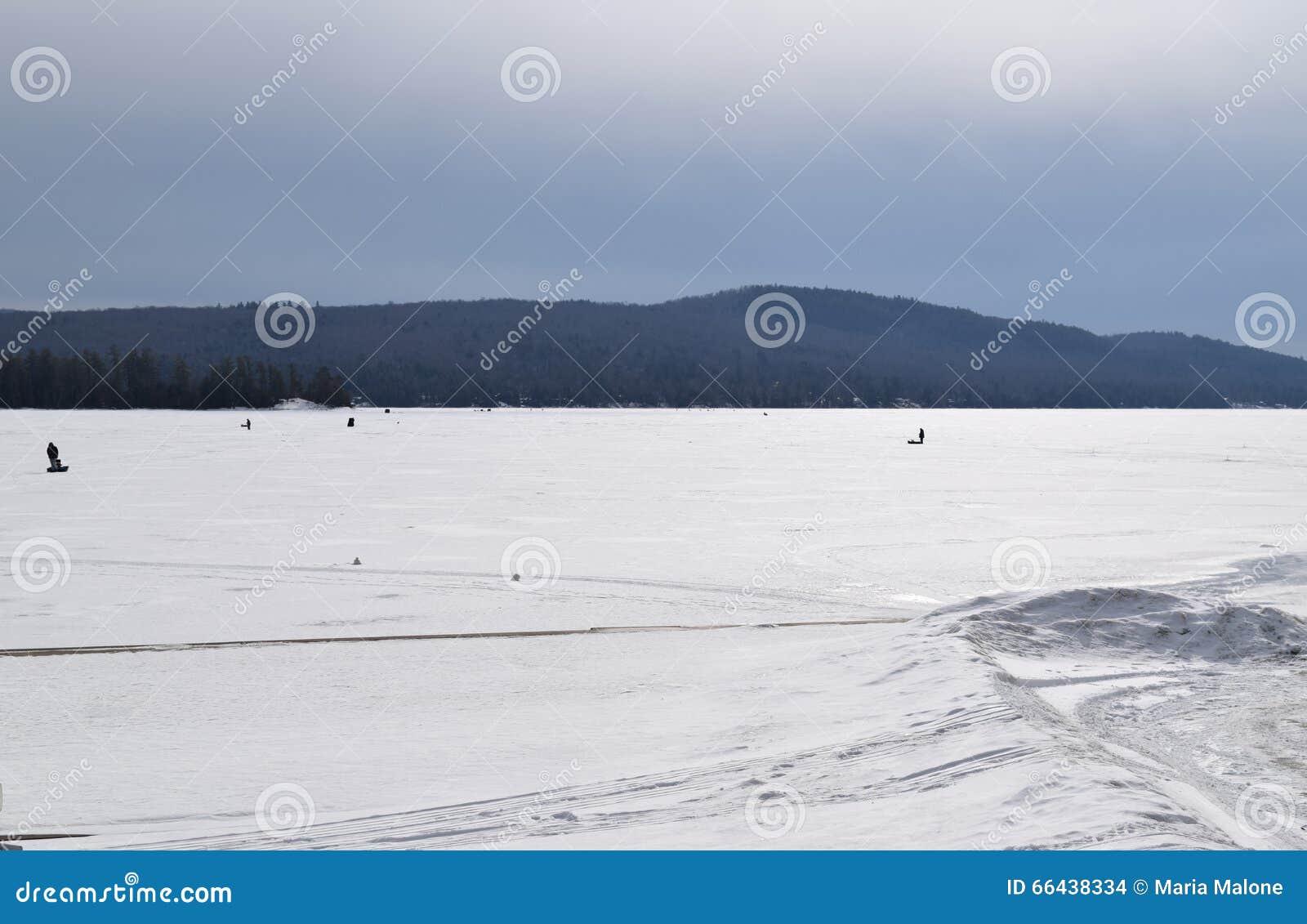 La neige a couvert le lac