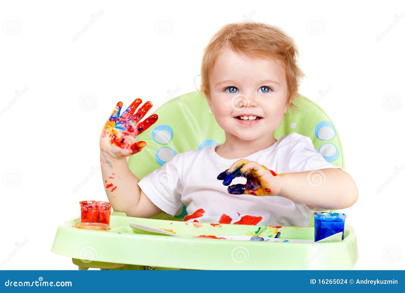 La neonata crea la maschera con le mani verniciate