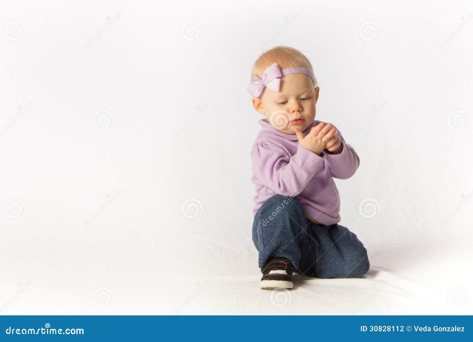 La neonata ispeziona la sua mano
