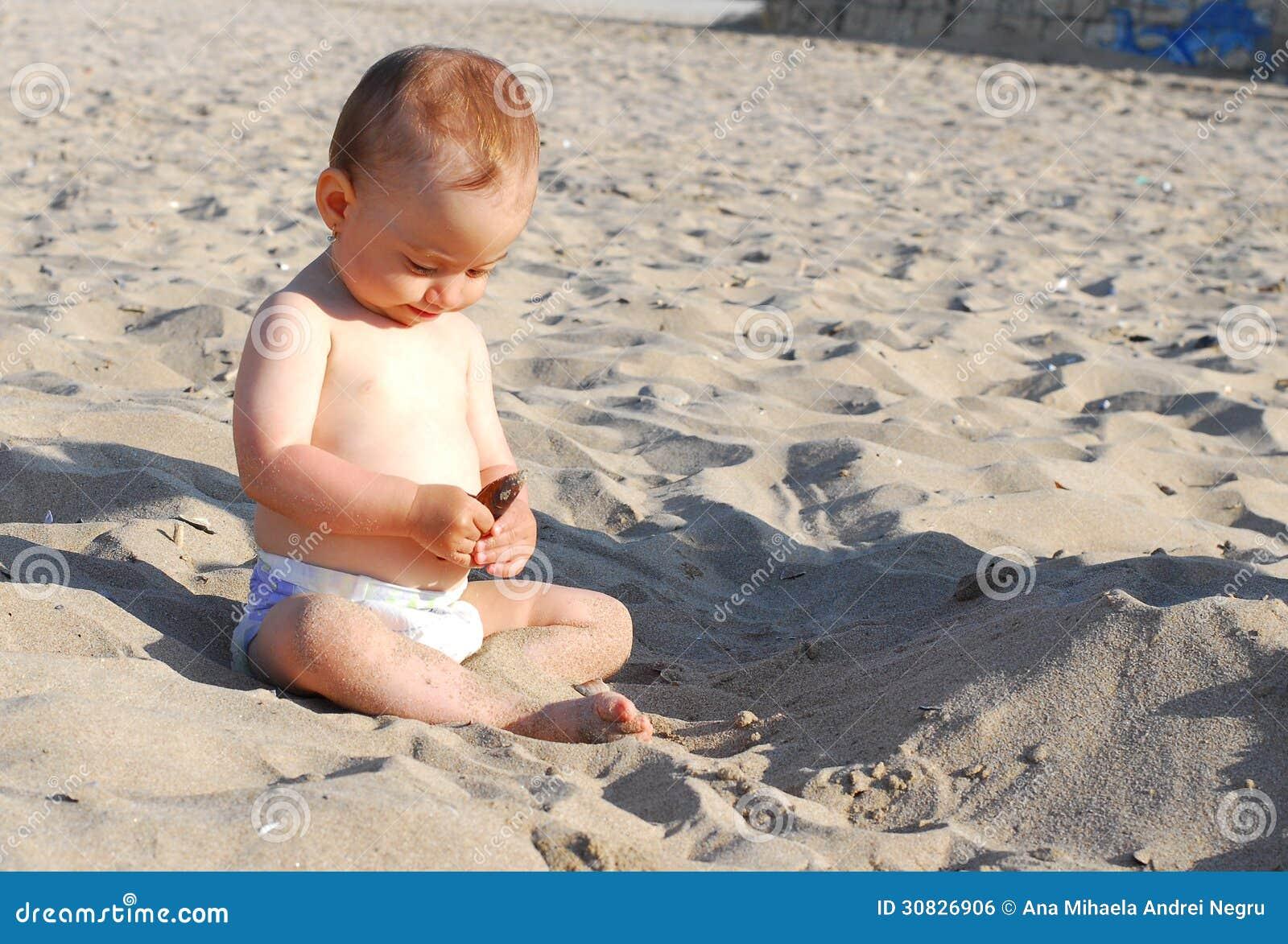 La neonata scopre le coperture sulla spiaggia