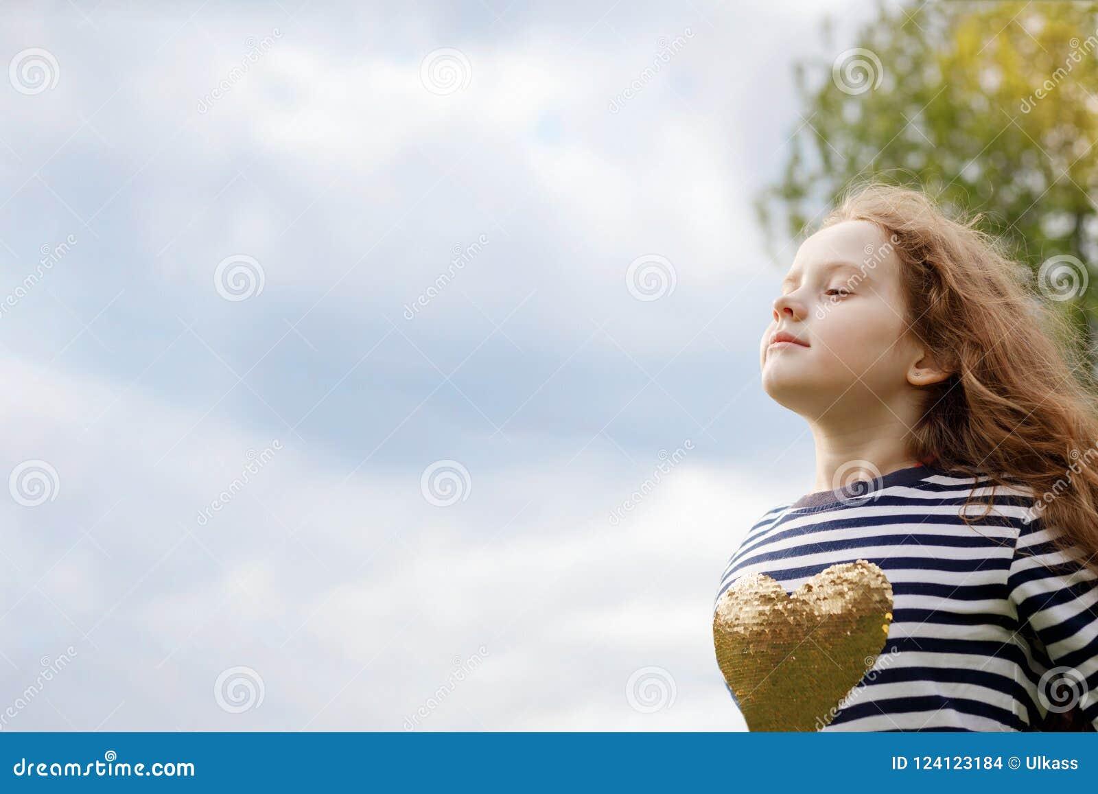 La niña la cerró los ojos y respiración con que soplaba fresco