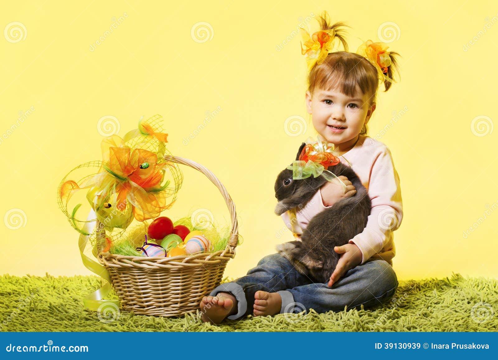 La niña de Pascua, conejo de conejito del niño, cesta eggs