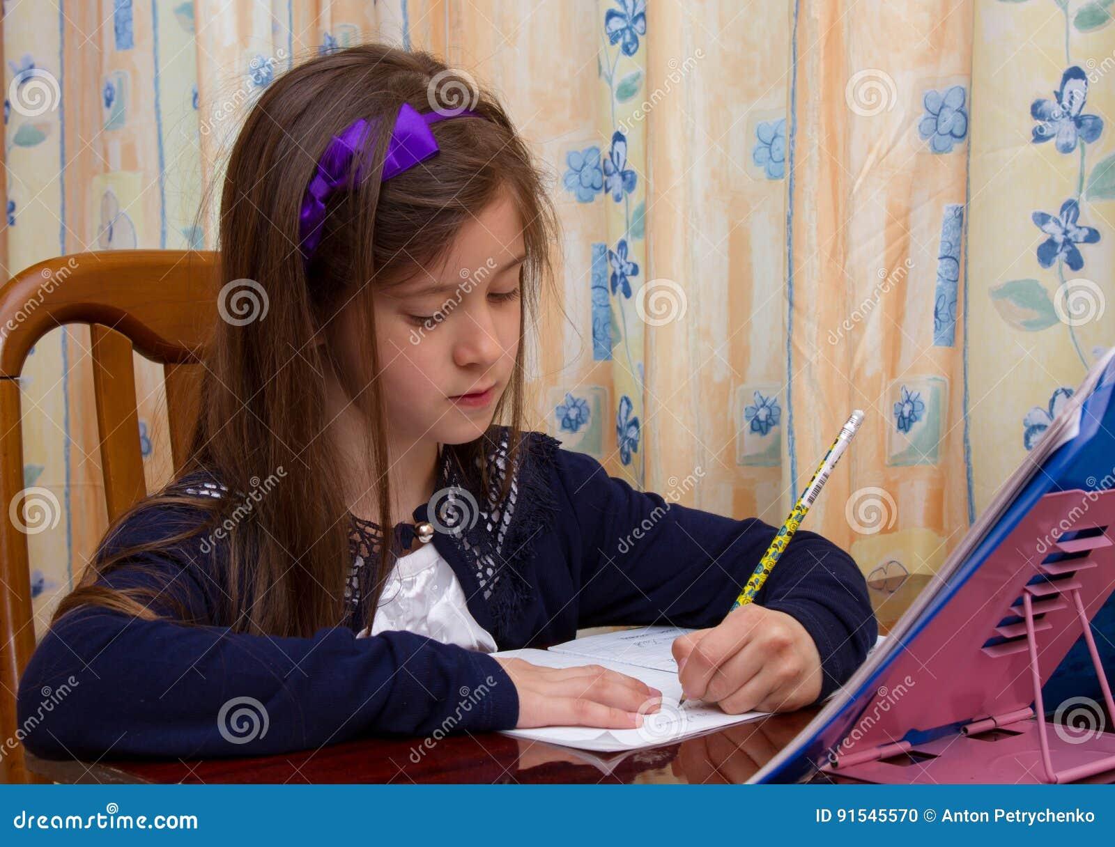 La Niña Está Haciendo Su Preparación Para La Escuela Primaria Foto ... 812f31c395c
