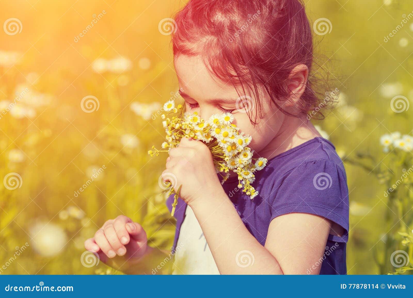 La Niña Huele Las Flores Foto de archivo