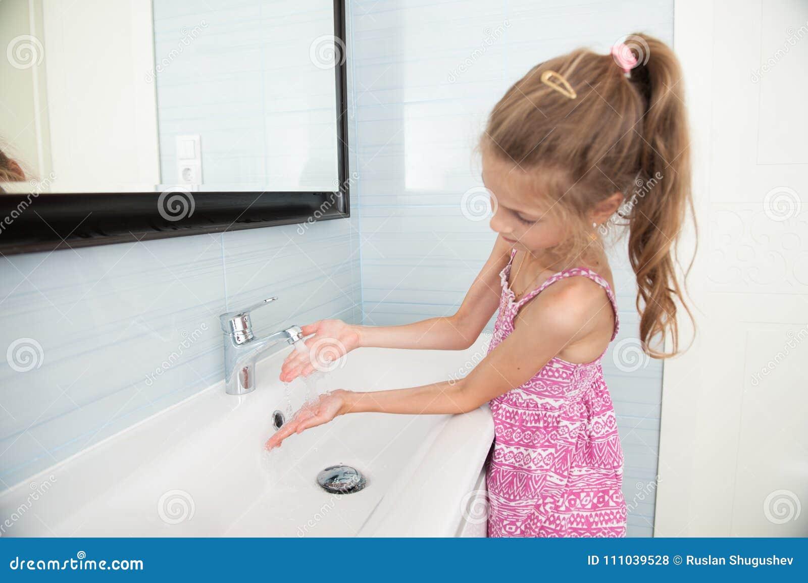 Lavabo Manos.La Nina Linda En Vestido Se Lava Las Manos En Lavabo En