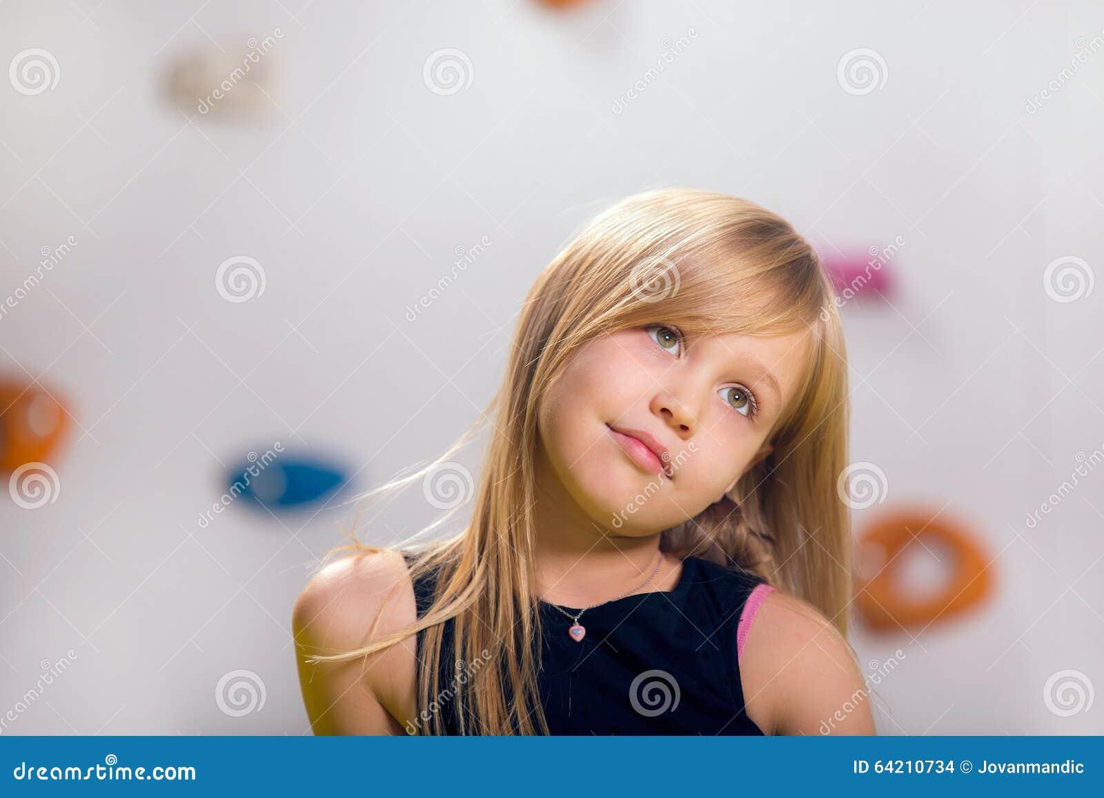 La niña que presenta en una sala de juegos