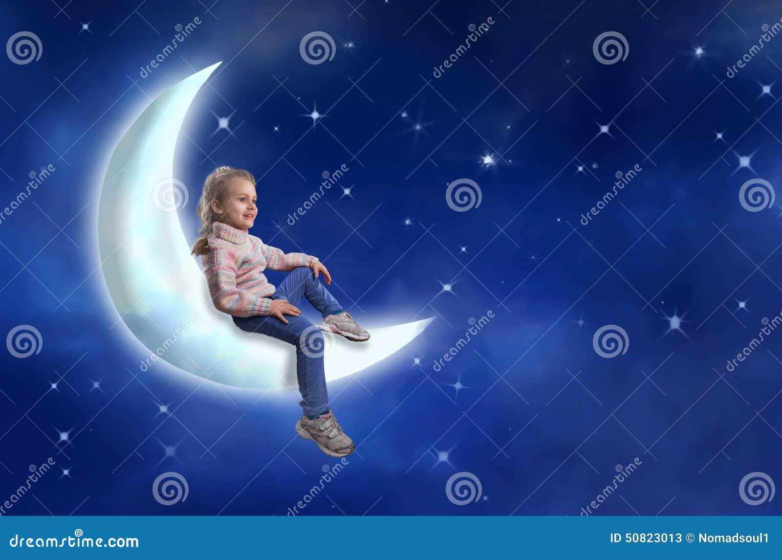 La Ni U00f1a Se Sienta En La Luna Imagen De Archivo