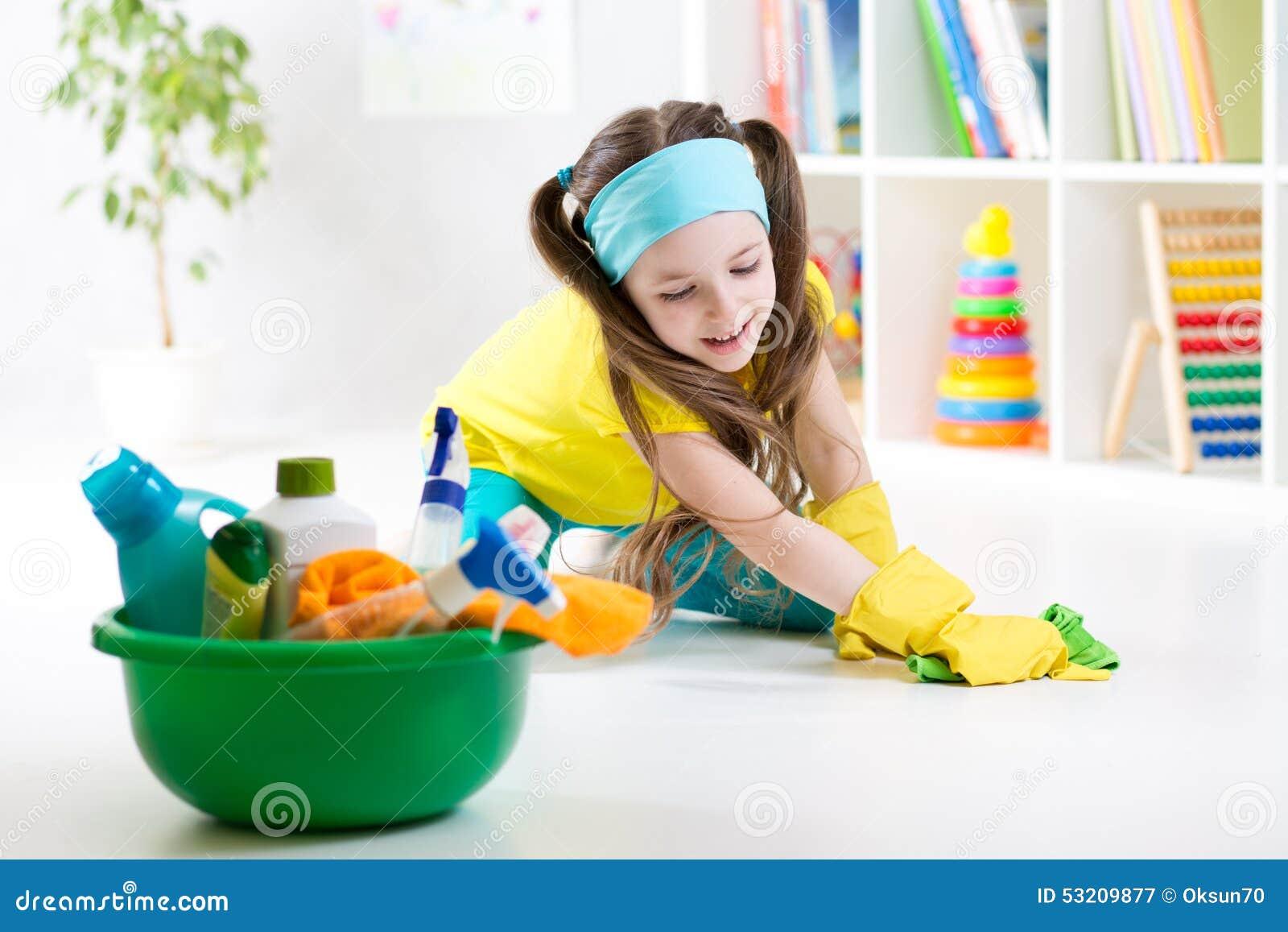 La ni a linda limpia un piso foto de archivo imagen - Robot que limpia el piso ...