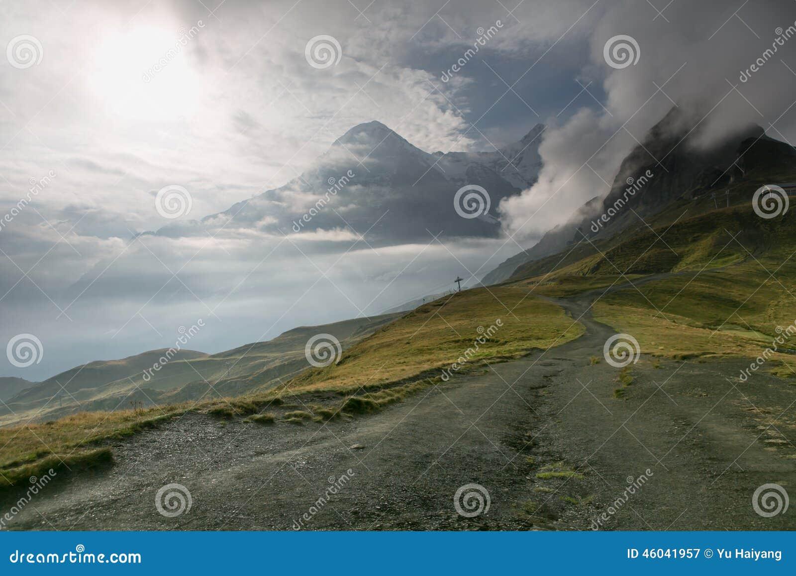La niebla cubrió la montaña de las montañas