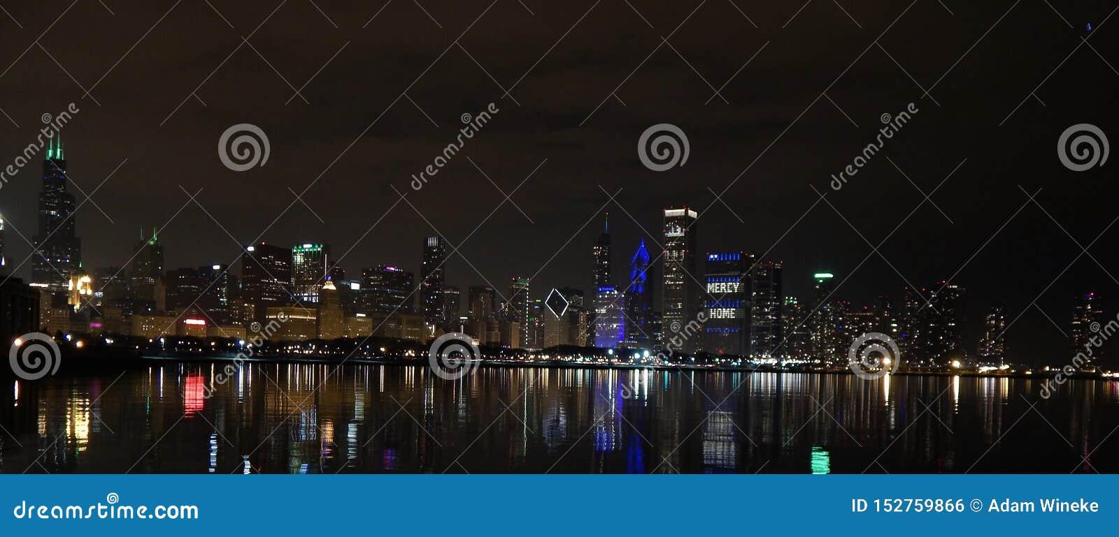 La noche baja sobre la ciudad