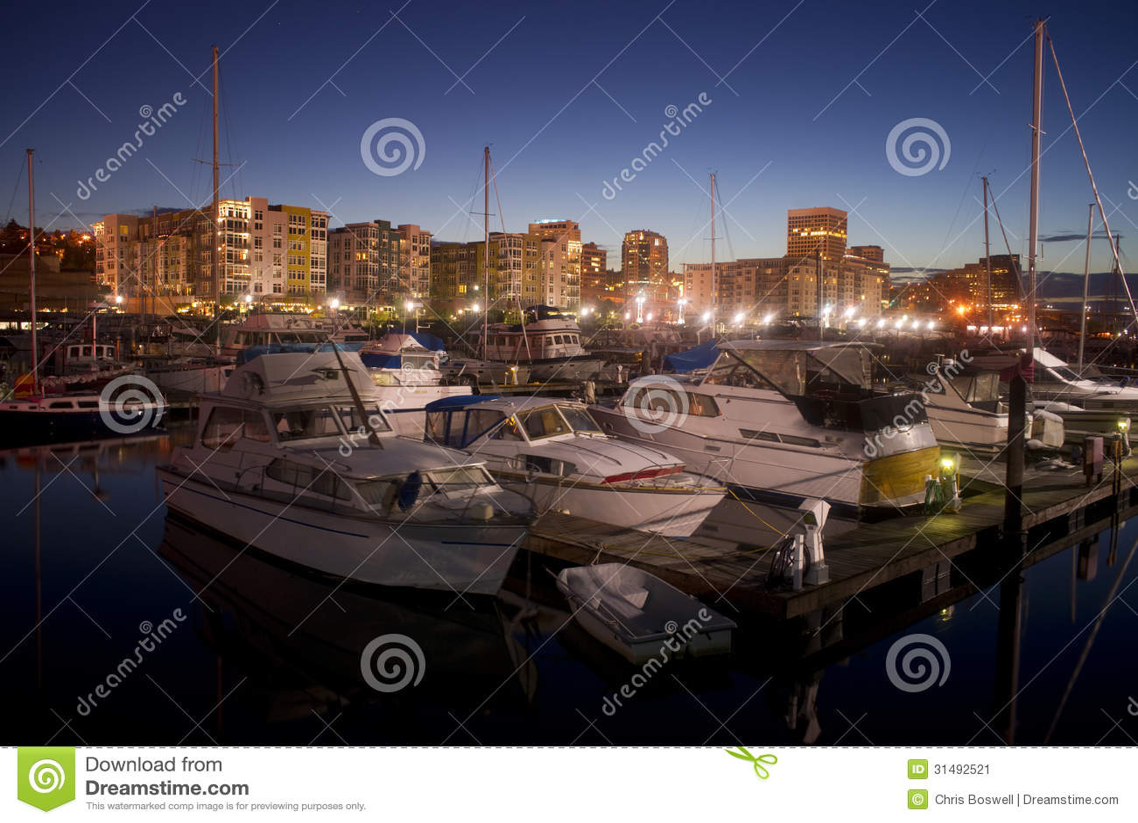 La noche cae en los barcos amarrados Marina Thea Foss Waterway Tacoma