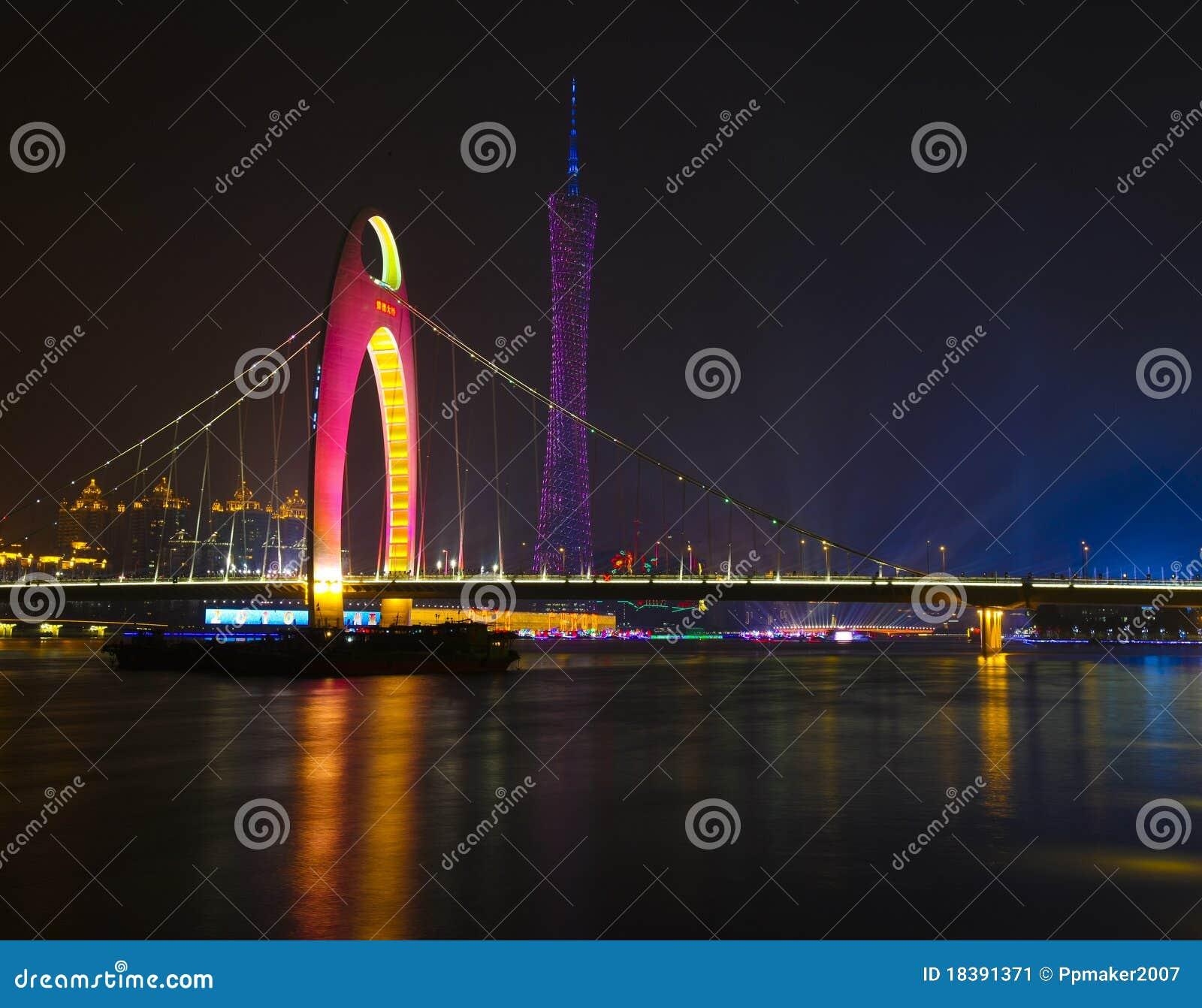La noche escénica del puente de Liede y de la torre de la TV