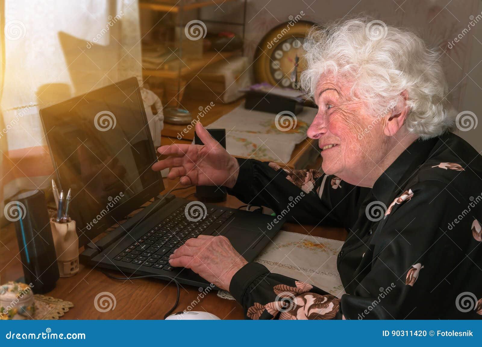 La nonna impara lavorare a casa sul computer