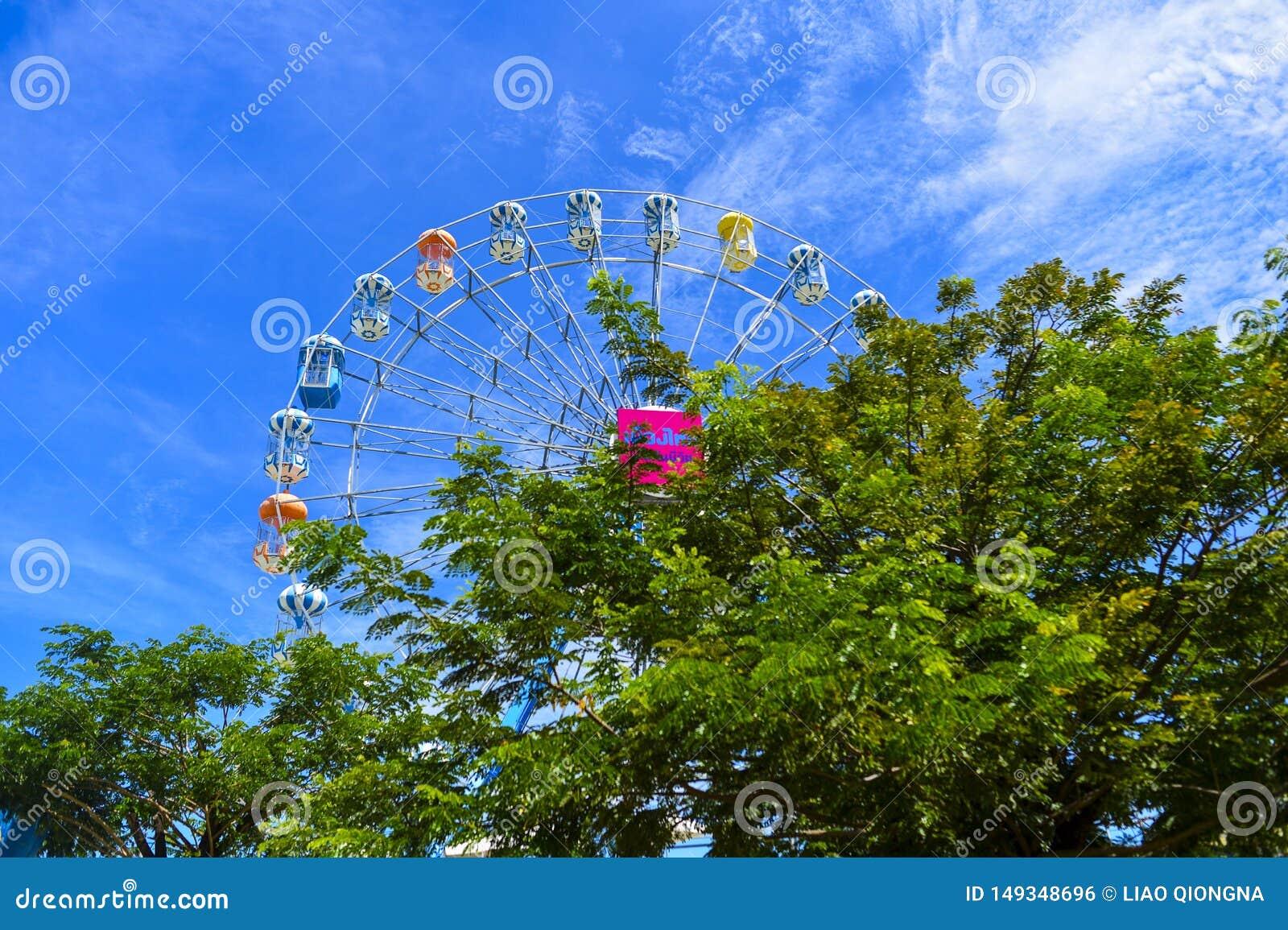 La noria colorida en el parque de Santorini, parques tem?ticos y parques de atracciones griegos interesantes en Tailandia