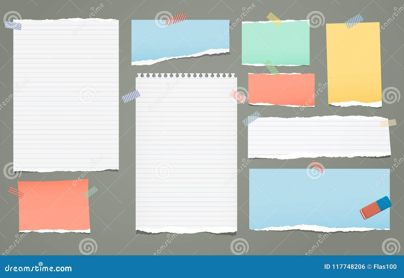 La nota lacerata allineata bianca e variopinta, pezzi di carta del taccuino per testo ha attaccato con nastro adesivo appiccicoso