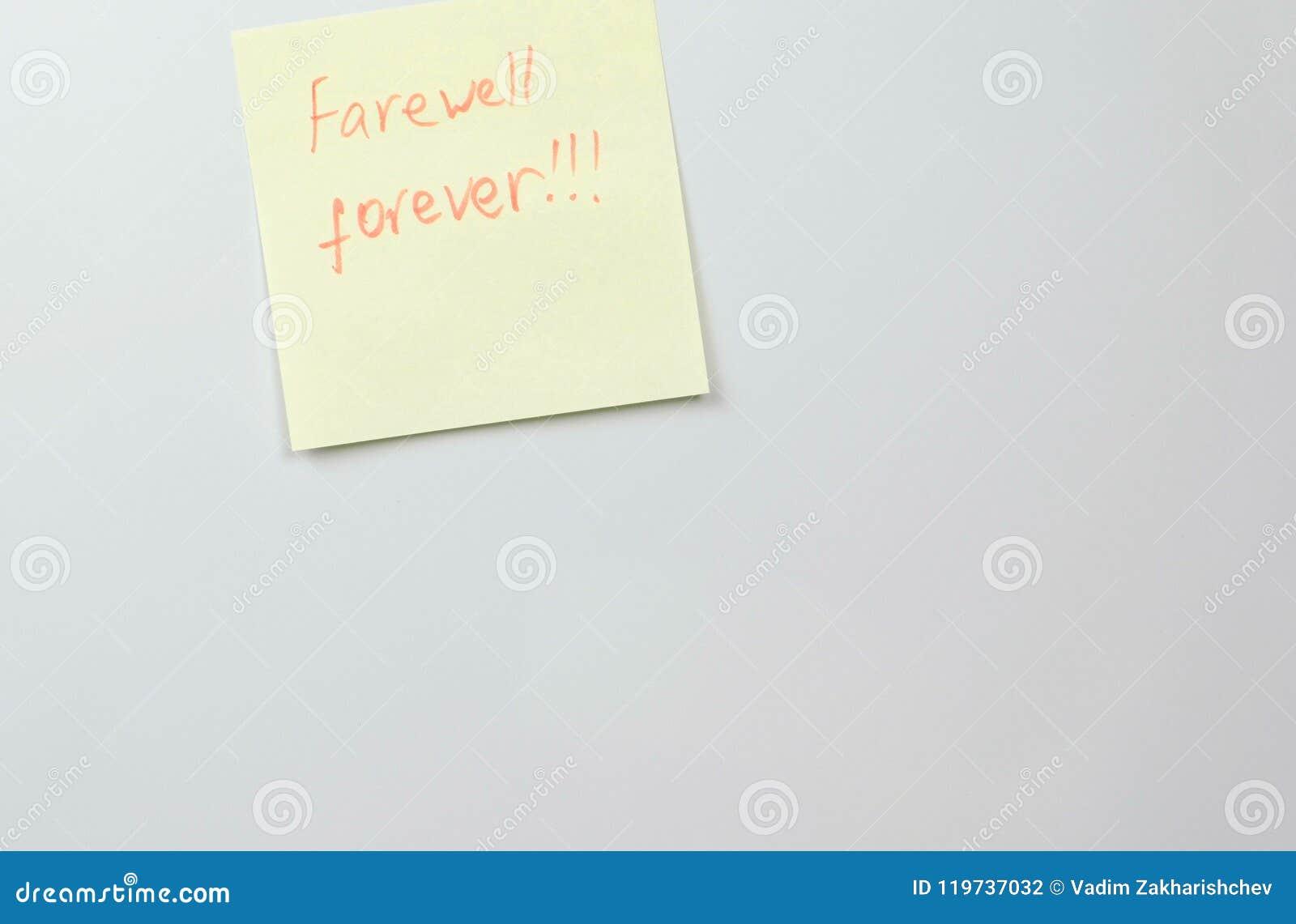 La nota sobre el papel amarillo de la etiqueta engomada cubre con adiós de las palabras para siempre