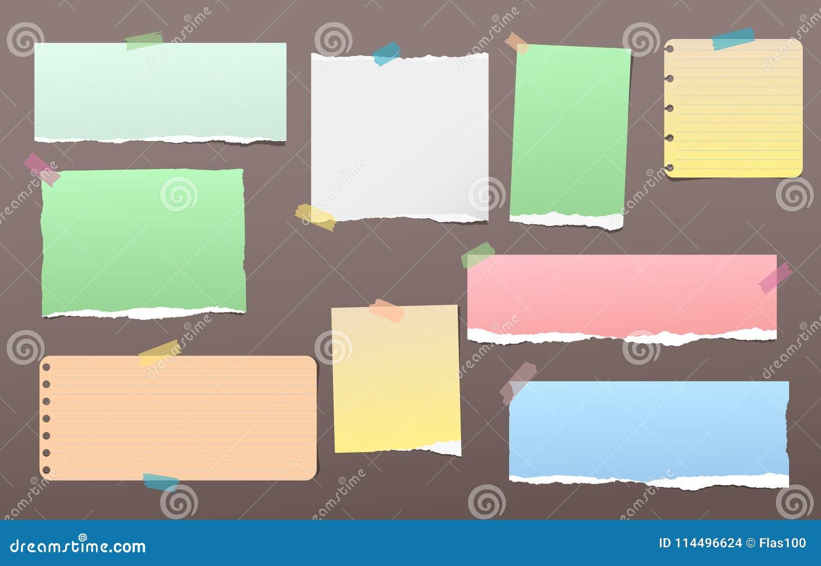 La nota variopinta lacerata, pezzi di carta del taccuino per testo ha attaccato con nastro adesivo appiccicoso sul fondo di marro