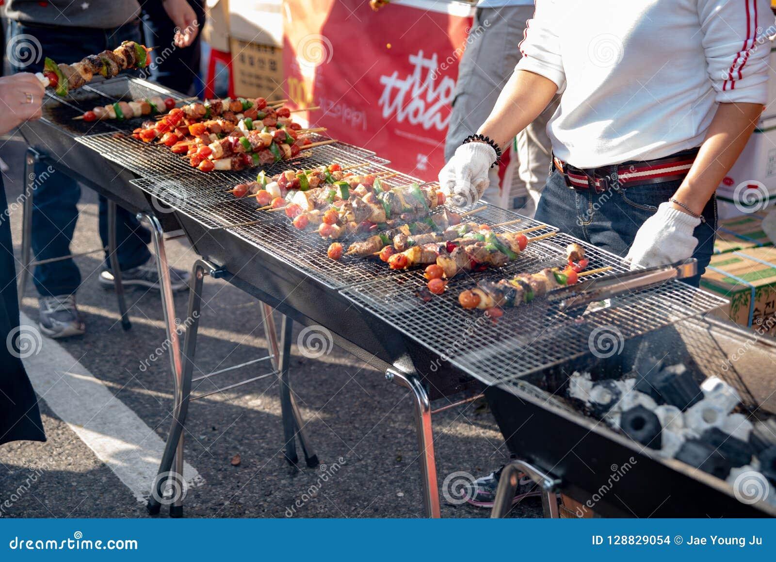 La nourriture a fait cuire au four avec des bâtons, nourriture de rue de Séoul, Corée