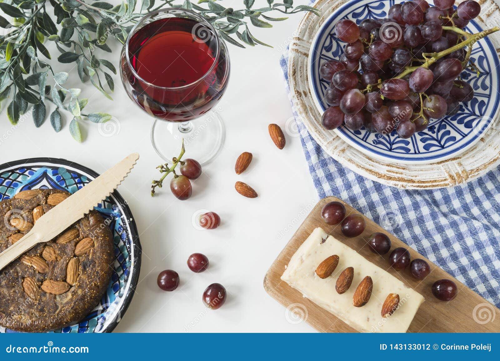 La nourriture grecque traditionnelle, casse-croûte, appartement s étendent avec du pain de figue, vin rouge, raisins