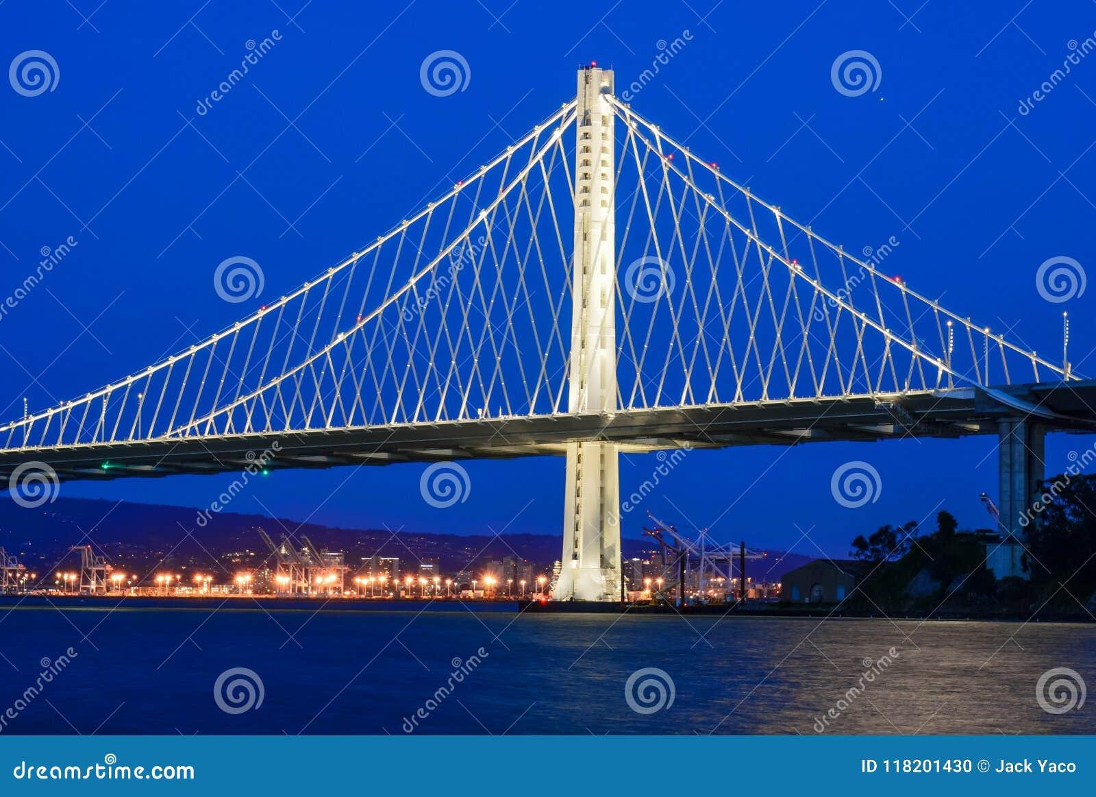 La nouvelle envergure orientale du pont de baie au crépuscule