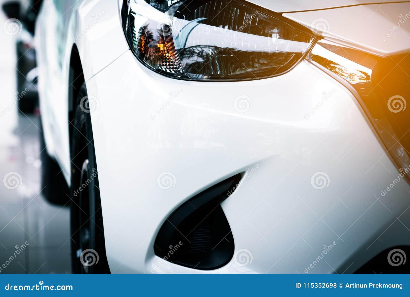 La nouvelle voiture compacte de luxe blanche de suv s est garée