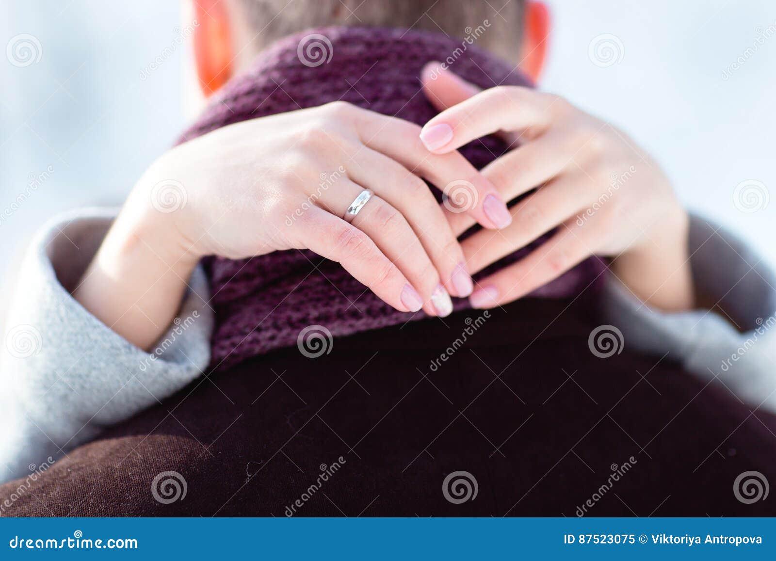 La novia abraza el cuello del ` s del novio