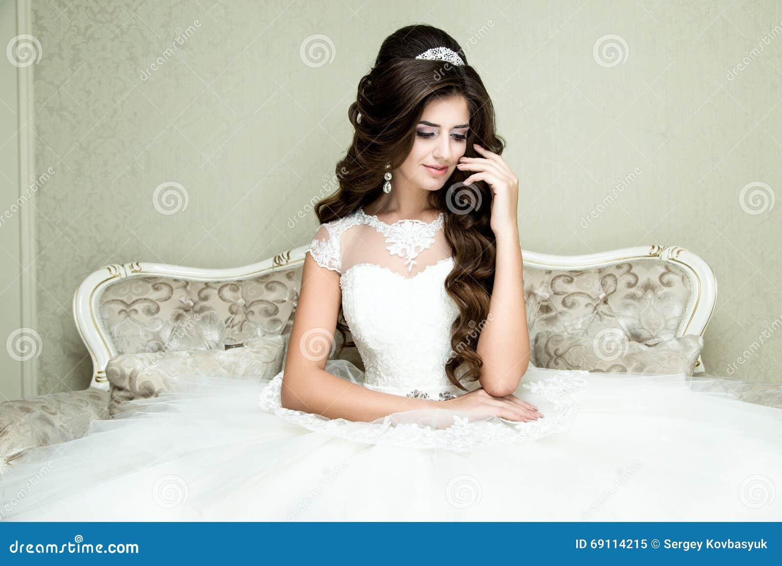 La Novia Elegante Morena Hermosa Con Maquillaje De La Boda Y El - Peinados-de-novia-elegantes