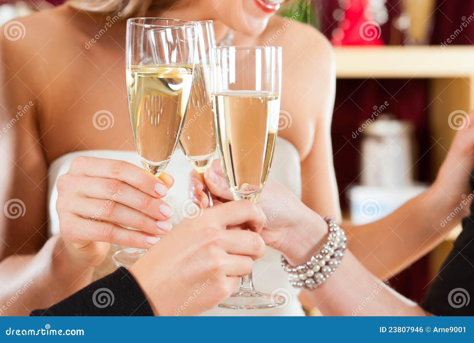 La novia en la ropa hace compras para las alineadas de boda