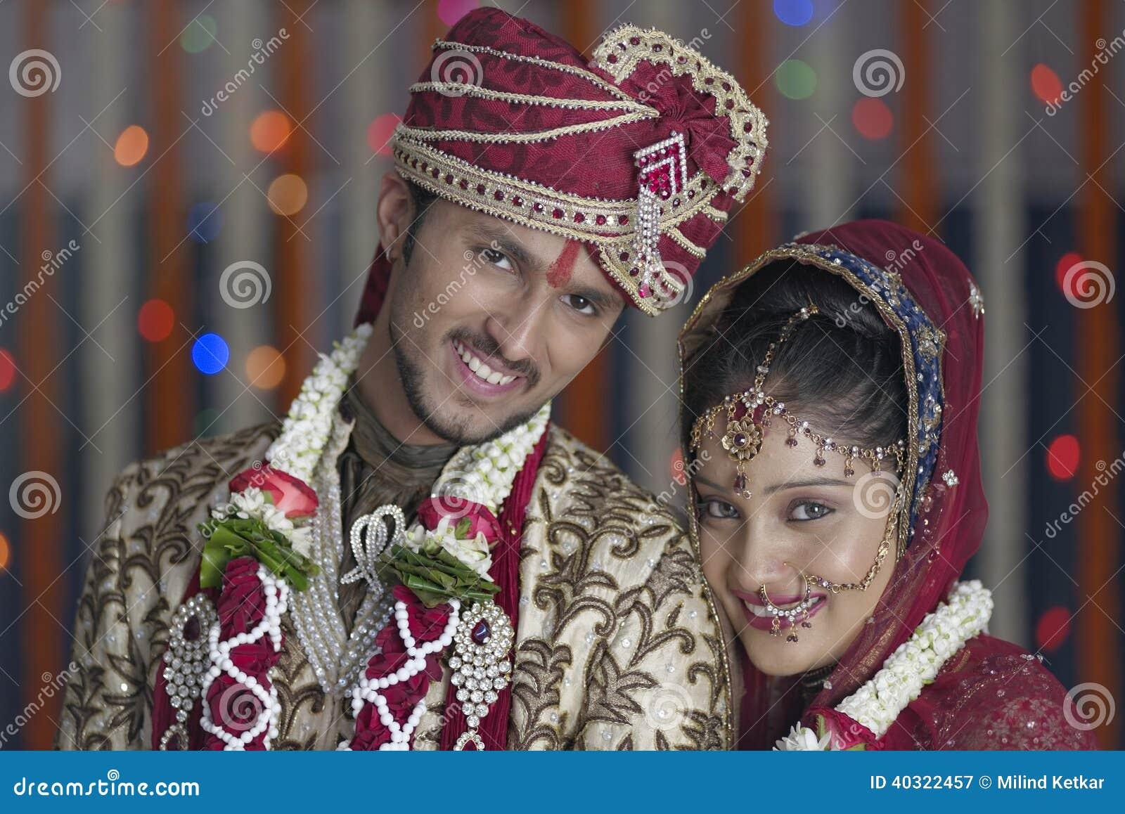 La novia hindú india y prepara un par sonriente feliz.