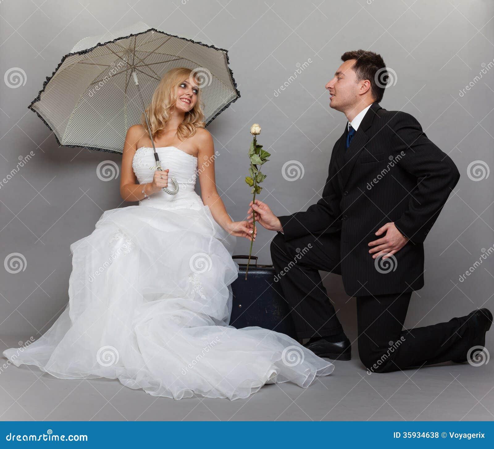 La novia y el novio casados románticos de la pareja con subieron