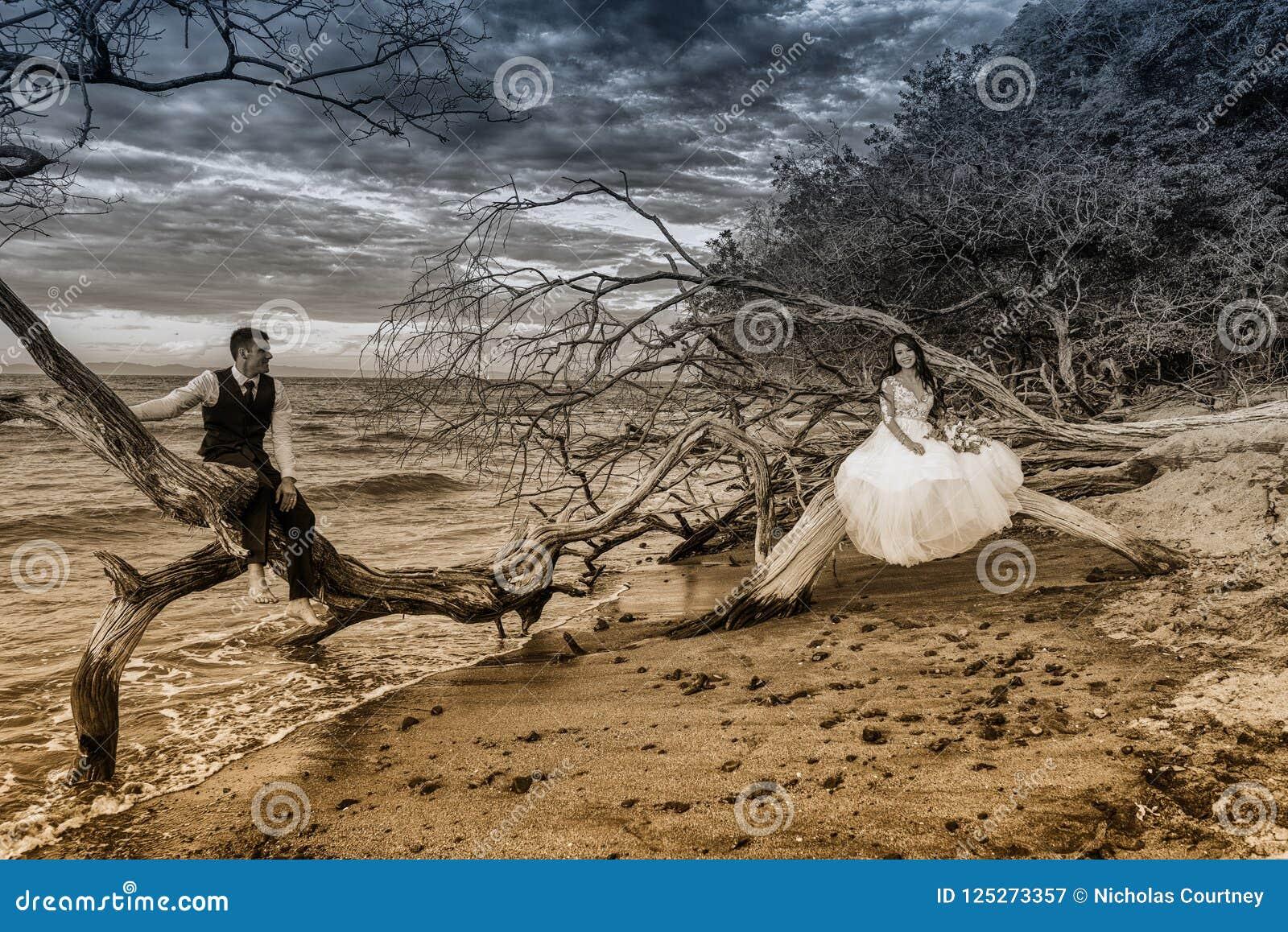 La novia y el novio consiguen casados en una playa en Costa Rica tropical