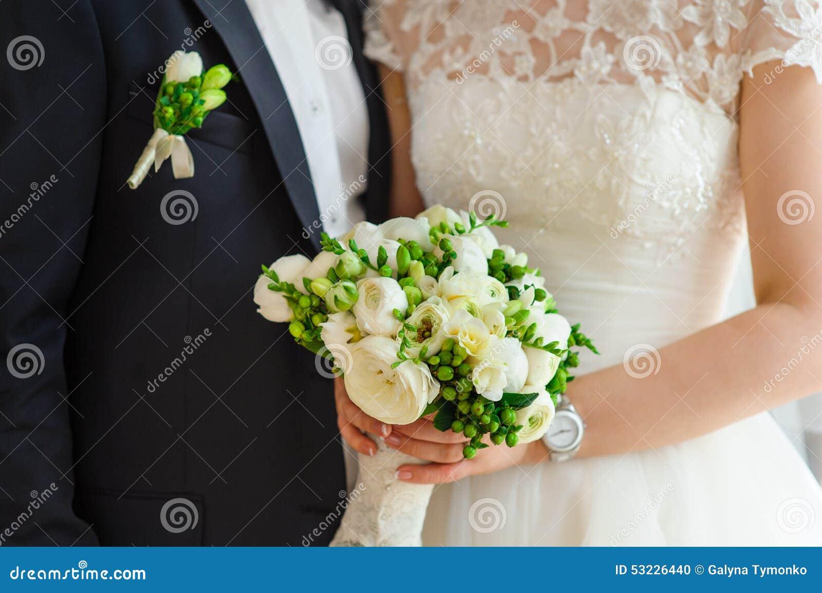 La novia y el novio guardan el ramo nupcial