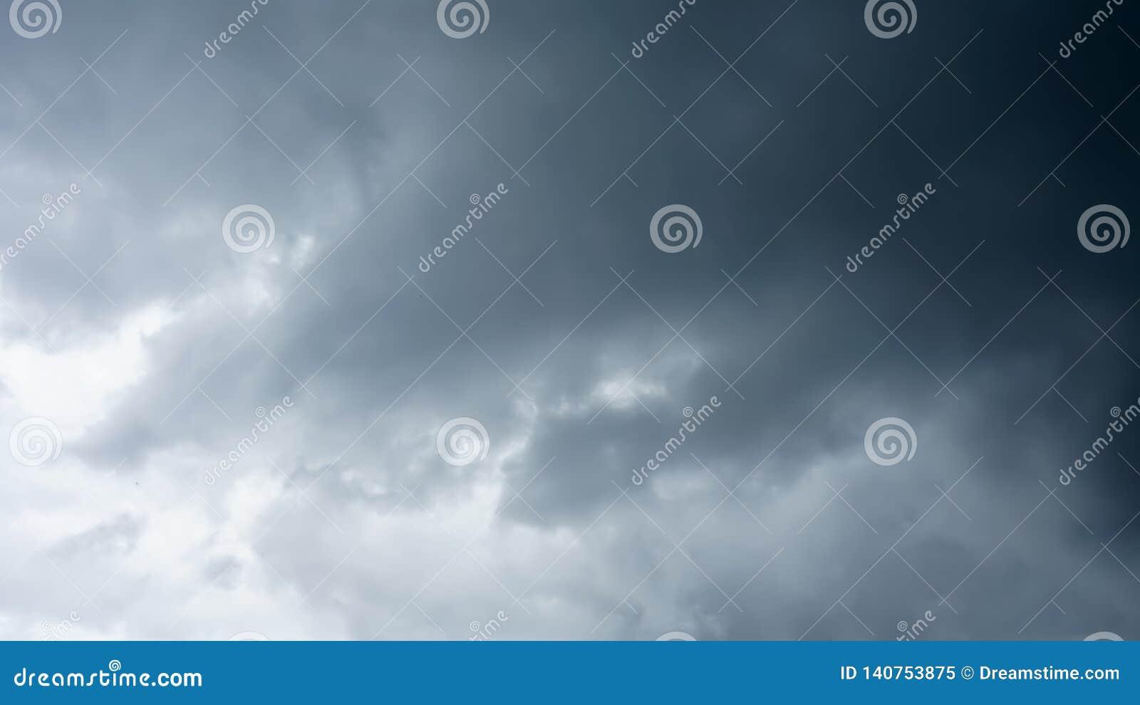 La nuvola blu scuro sul cielo