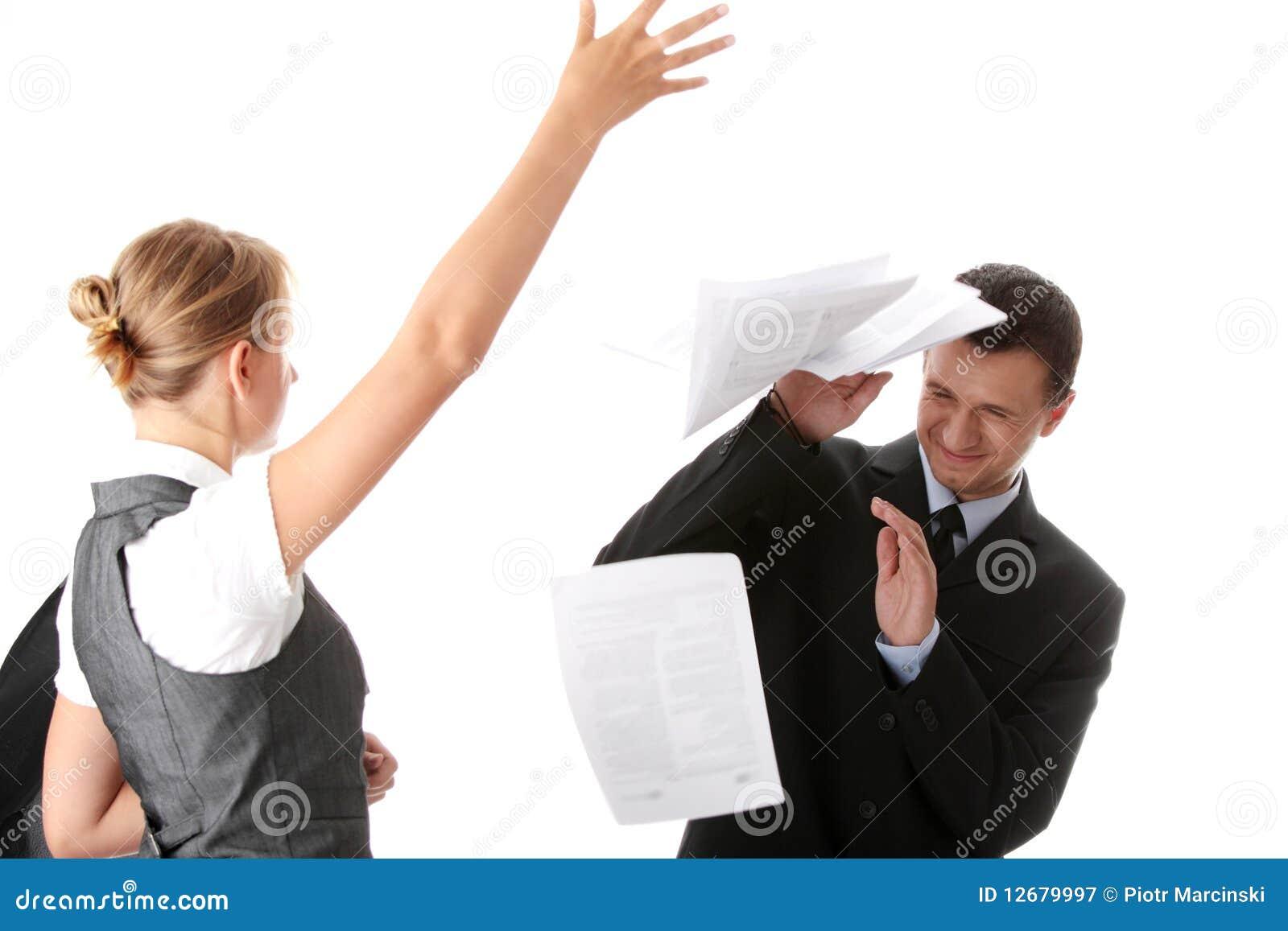 223c4ec8f Papeles que lanzan de la mujer en hombre - la oficina discute concepto