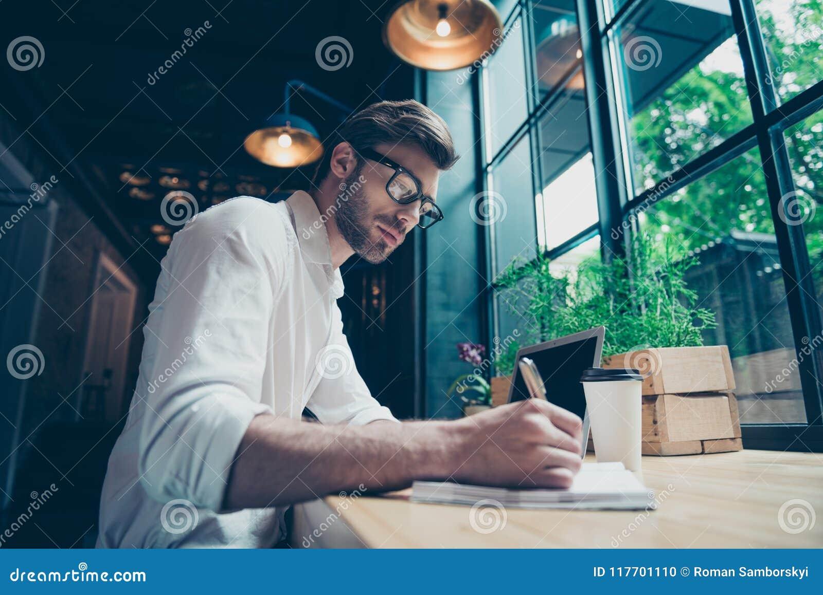 La opinión de ángulo un escritor bien vestido elegante joven del autor está Yow